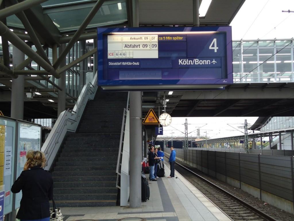 Поезд до Кёльна приезжает в 7 минут и отъезжает в 9 минут.