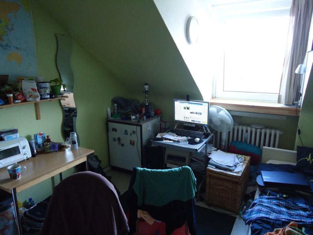 Комната Вити изнутри и комп за которым я пишу этот пост