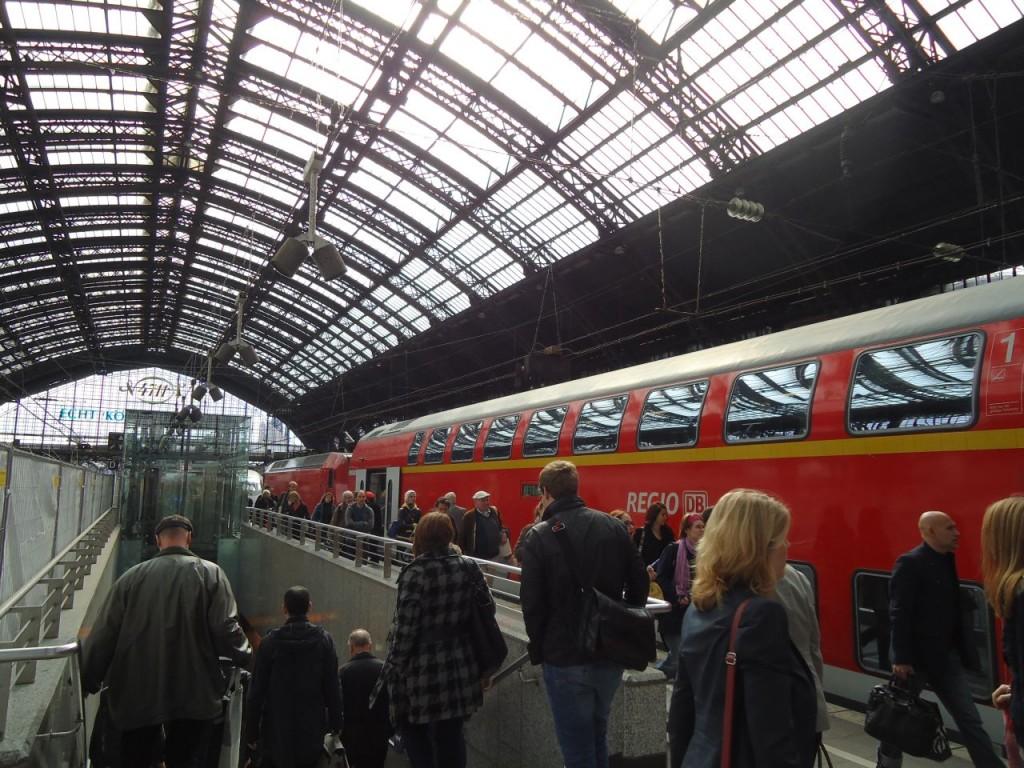 Вот такой красненький поезд. Главный вокзал Köln'a